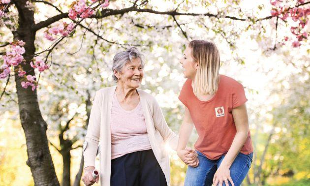 Femme Age d'Or qui rigole avec personne âgée