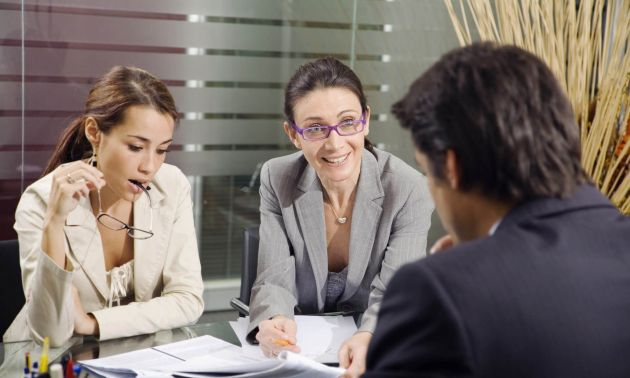 Personnes faisant un entretien de recrutement